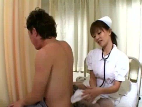 欲求不満のナースが患者を弄ぶwパンツ見せつけながらの清拭プレイw(紅音ほたる)