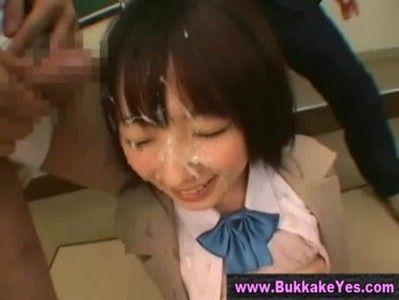 超カワイイロリ制服美少女のぶっかけファックシーン、笑顔でかけられてるシーンに萌え~www
