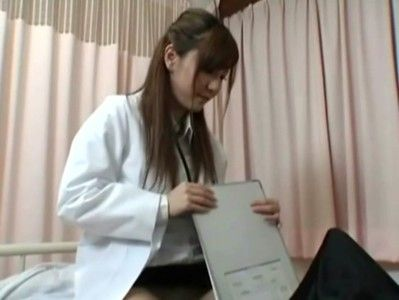 患者に跨りチンコをしごく美人女医