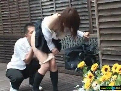 ベンチで彼女を責めまくり興奮してきたところでフェラさせてるカップルを発見
