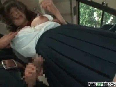 結構カワイ目のJKがバスの中でおっぱいポロリとされフェラさせられ立ちバックされてますwww
