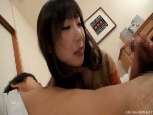 可愛い義母が息子にイきすぎな乳首舐め手コキの性教育をwww