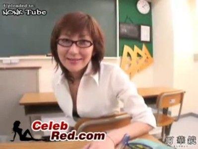 セクシーすぎる下着の女教師に教室で無理やりセンズリされました!