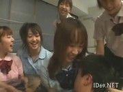 男湯に女子高生たちが制服姿のままで乱入!集団逆レイプ♪