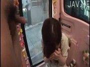 花屋で働く18歳の処女がお小遣いをもらって初めてチンコをしごくwww