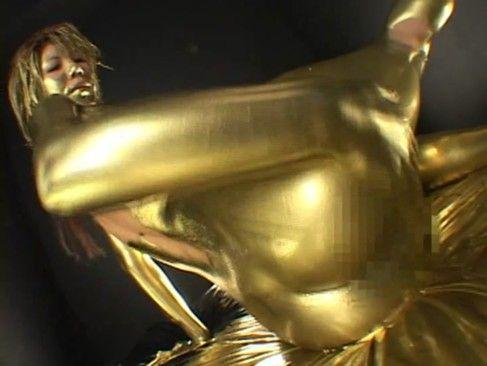 エロボディのお姉さんが生クリームオナニー&黄金に塗りたくって大胆な騎乗位