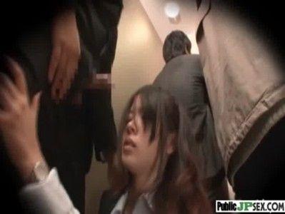 エレベーター中で美人OLさんにフェラさせバックから突いてやった