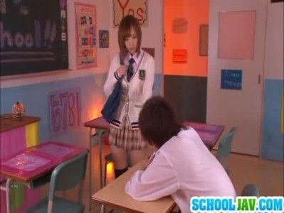 茶髪のカワイイ美少女が制服姿で椅子の上で座位プレイ