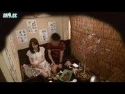 すだれ越しの居酒屋個室でカップルに見せつけてエッチを焚きつける