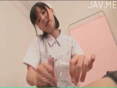 清楚な看護師さんが手コキフェラで患者の精液採取
