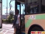 爆乳黒乳首美女がバスの中で犯される!!