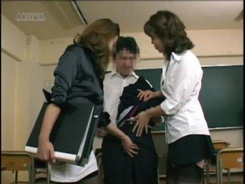 女装が好きな人は必見!?セーラー服着用がばれた男子学生が痴女教師二人がかりで強制手コキの罰を与えられる