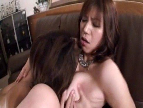 巨乳人妻は欲求不満が溜まってたらしく手マンで潮吹き&SEX後の出された精子を美味しそうに舐め取る淫乱痴女
