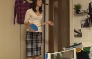 【盗撮】卓球で負けたら服を脱ぐ野球拳方式で自宅に連れ込んだ五十路の人妻を裸にする