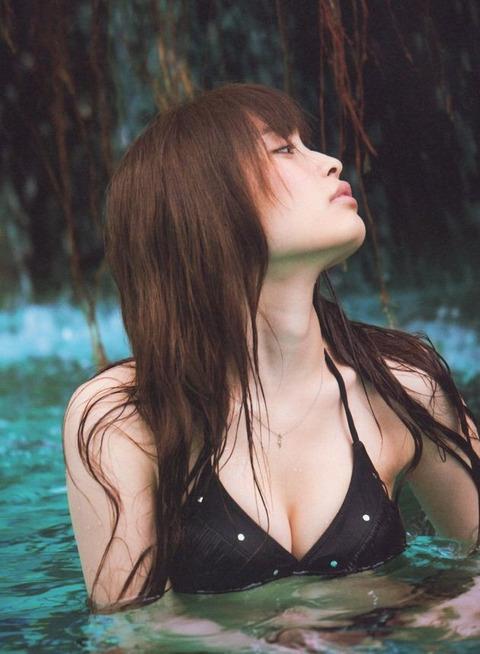 セクシーな黒い水着から大政絢の谷間画像