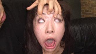 ★【閲覧注意】殴られて泣いてる女のマンコにフ●ストをブチ込む…。