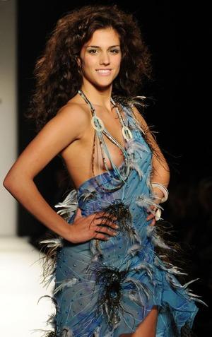 海外モデルの乳首ポロリ画像