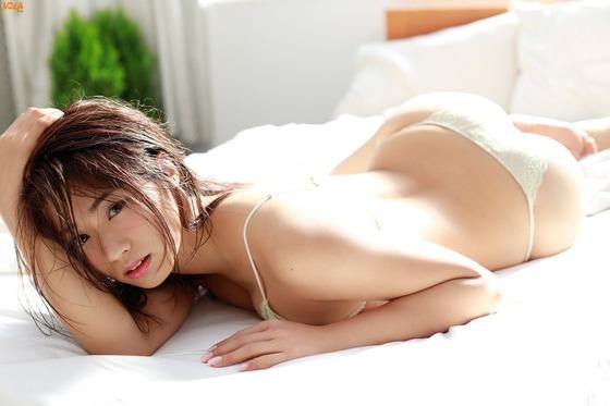 美尻で頂点に上り詰めた安枝瞳ちゃんが突然のグラビア引退を発表!業界に激震が走る!