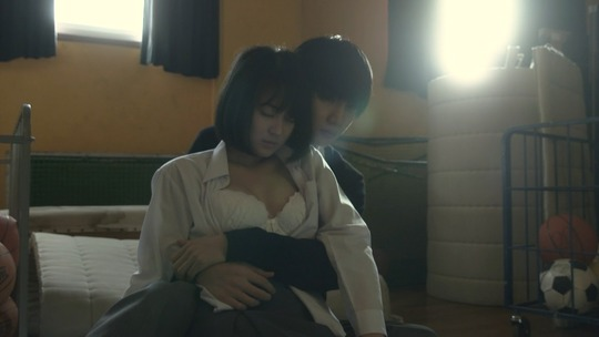 処女女優・吉本実憂ちゃんがブラの上から胸を揉まれ濃厚なキス!トップレスで抱き合う過激なドラマ「クズの本懐」が面白い!