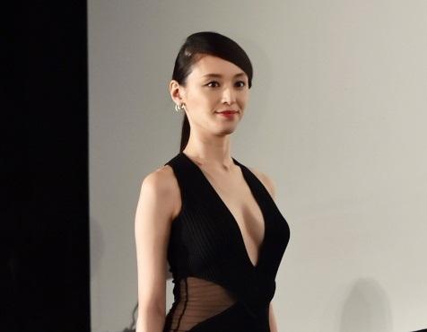 栗山千明さんの胸元が丸見え谷間丸出しドレスがエロすぎる!