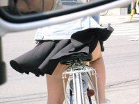 【自転車 エロ画像】スカートで自転車に乗ると素人だろうがプロだろうがパンチラする!