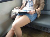 【電車 エロ画像】パンチラしていると気づいているはずの素人さんwww