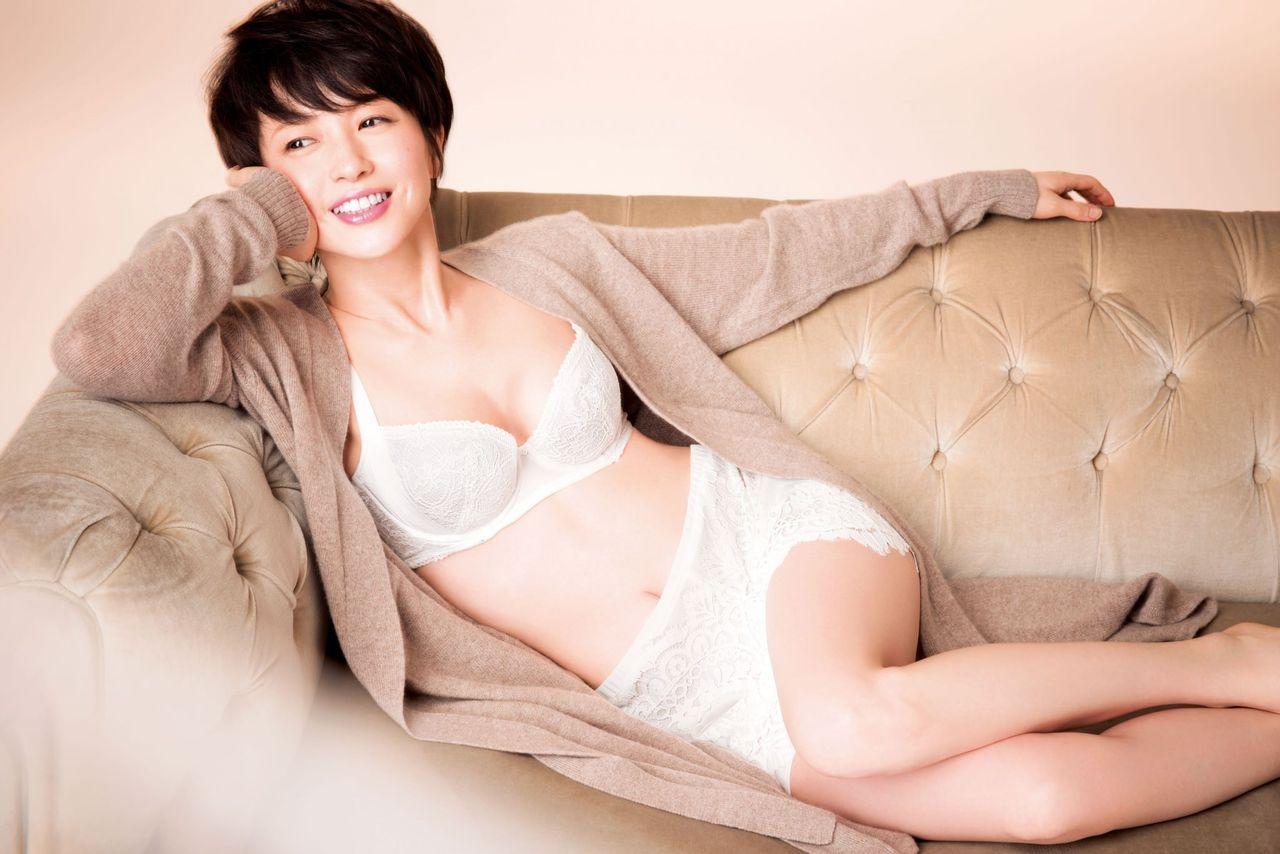 清純派下着に身を包んだ綺麗なお姉さんの下着姿 画像28枚