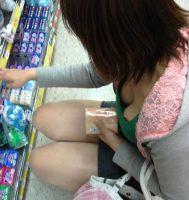 【胸チラ エロ画像】谷間ファッションがすぎる素人娘www