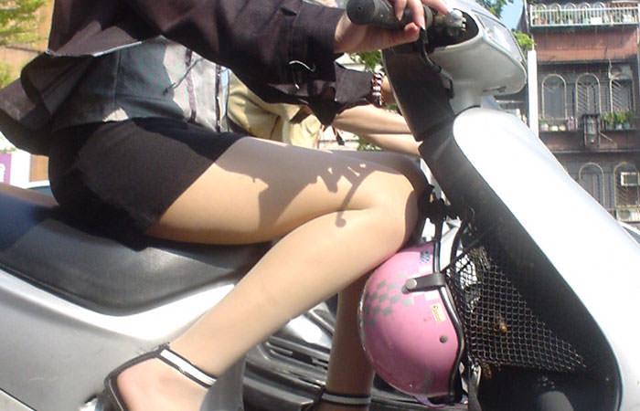 パンチラ必至!ミニスカで原付・スクーター乗ってる太もも丸出しの素人ギャルの街撮り画像
