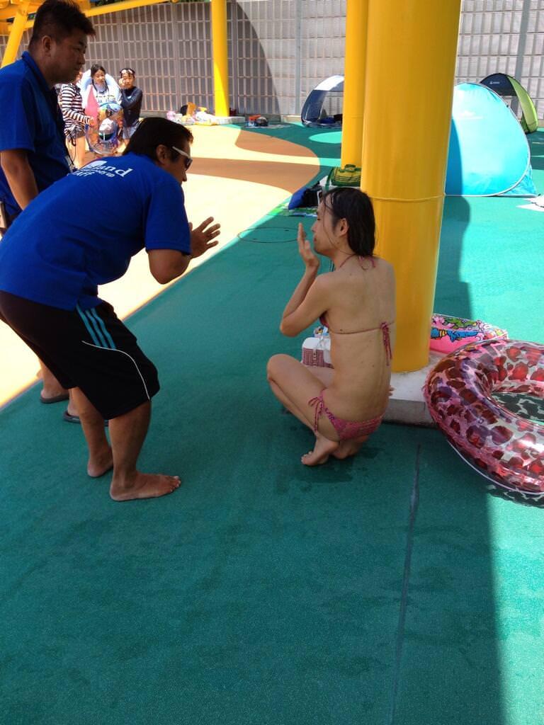 【悲報】プールでエッチなビキニ着た子が監視員に追い出される