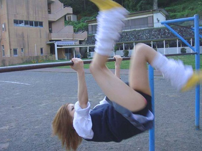【おふざけパンチラエロ画像】こんなん100%パンチラするwwwスカートで逆上がりする鉄棒女子のおふざけパンチラwww(画像15枚)