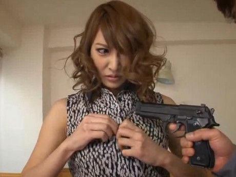 銃で脅され従うしかない状況で巨乳美女が屈辱的に犯される 明日花キララ