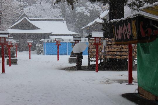 大雪の日の鷲宮神社参道から見た絵馬掛け所