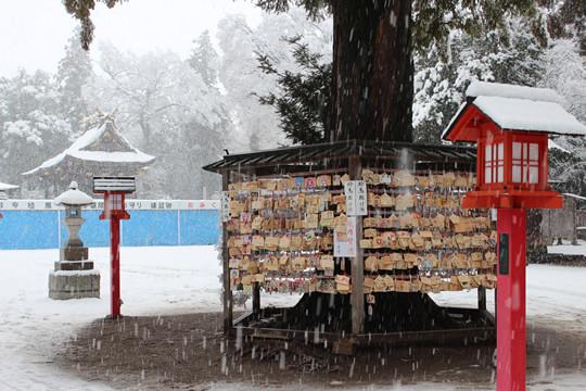 大雪の日の鷲宮神社絵馬掛け所