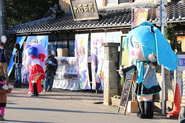 踊る「はちゅね」 鷲宮神社2015年初売り