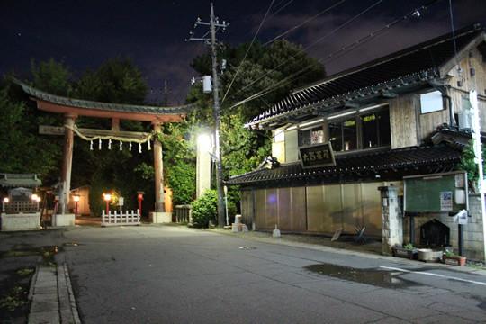 台風の夜の鷲宮神社鳥居前