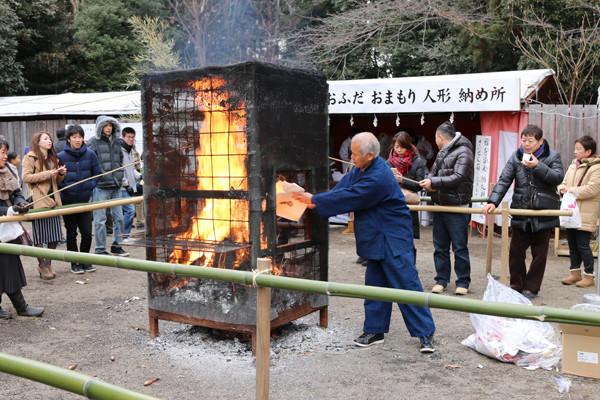 お焚き上げ 鷲宮神社2015年初売り