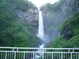 華厳の滝。風があると水しぶきがすごいです。