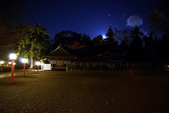 月夜の晩の鷲宮神社(明るさ補正)