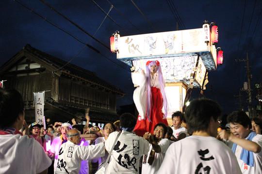 門前通りを進む「らき☆すた神輿」