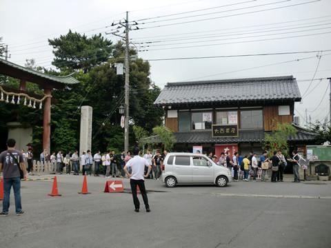 限定ケーキの鷲宮神社鳥居の奥まで続く列