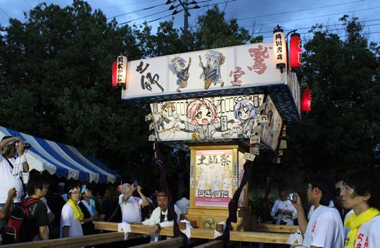 土師祭夜の部を待つ「らき☆すた神輿」