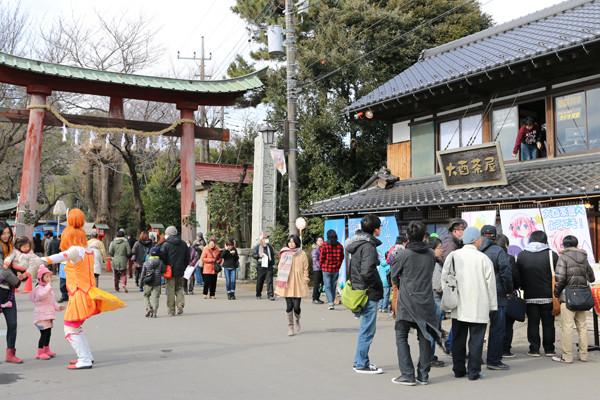 1月2日の鷲宮神社鳥居前2 鷲宮神社2015年初売り
