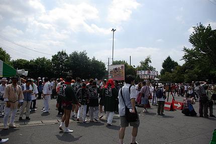 12:03 人が集まり始める神社前