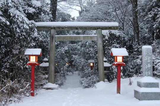 雪の鷲宮神社境内 八幡神社