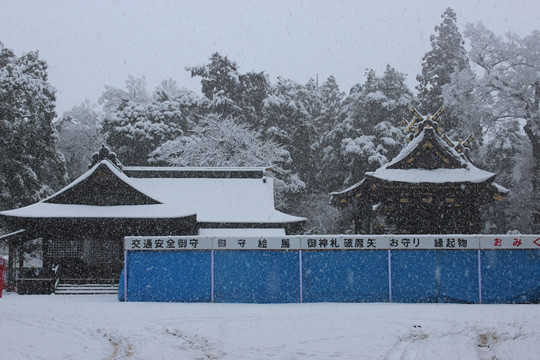 大雪の日の鷲宮神社本殿と拝殿