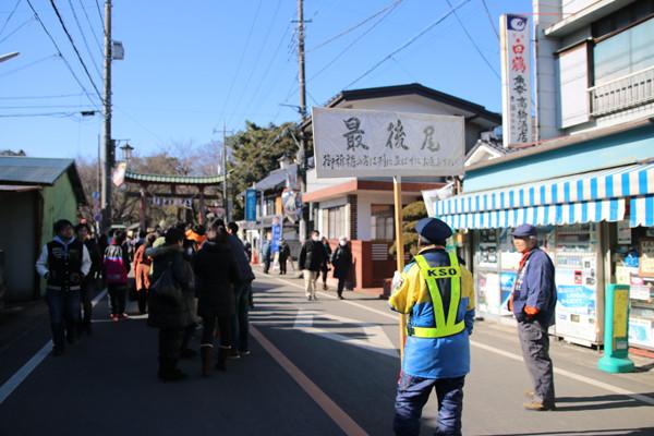 初詣参拝列最後尾3 鷲宮神社2015年初売り