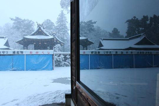 雪の鷲宮神社 神輿庫前