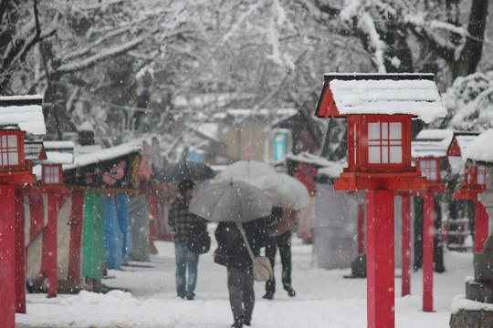 大雪の日の鷲宮神社参拝者