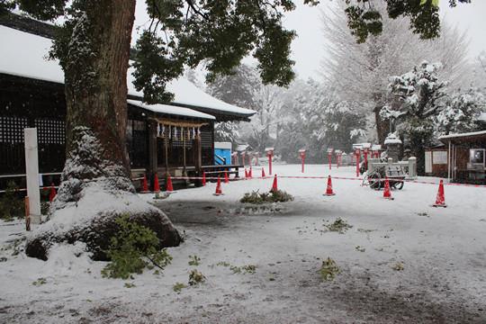 大雪の日の鷲宮神社拝殿前2